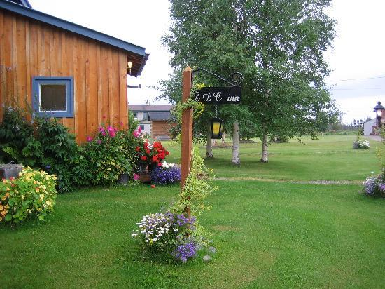 Tanana Loop Country Inn: The sign, and more beautiful flowers