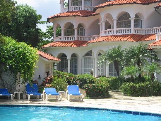 Hideaway Beach Resort: pool and building