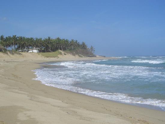 Hideaway Beach Resort: beach left