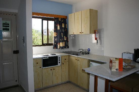 Bougainvillea Hotel Apartments: Kitchen