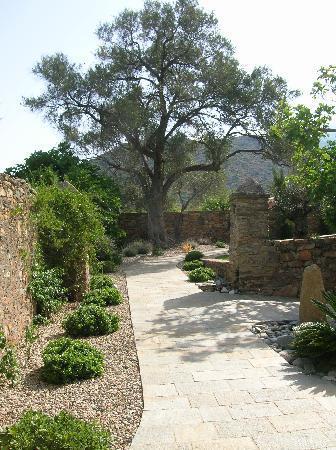 La Dimora: garden of hotel