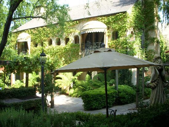 Kenwood Inn and Spa: Lush garden
