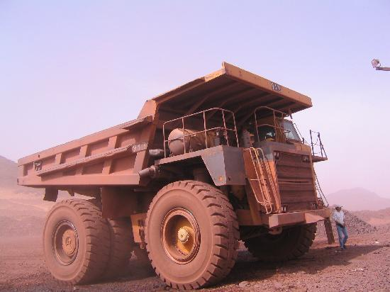 Mauritania: camion qui descend dans la mine pour extraction du fer
