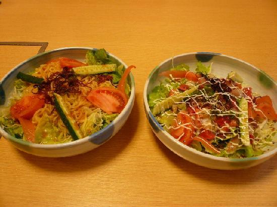 Nakashibetsu-cho, Japon : ホテル内炉ばた「開陽台」のラーメンサラダと海鮮サラダ