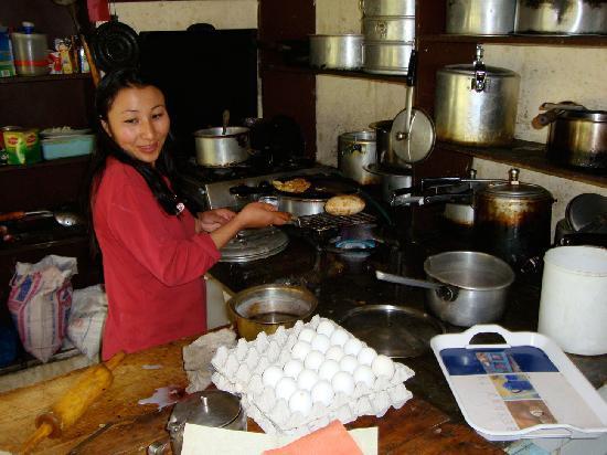 Yarab Tso: Mrs Rigzin, making a Ladakhi / Tibetan Bread....yummy