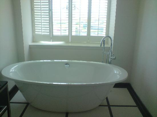 Turnberry, UK: new bath tub