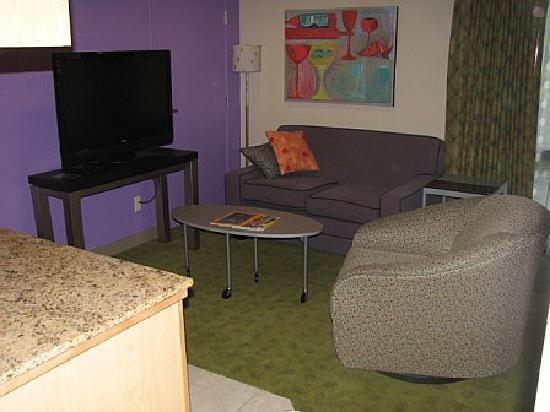 Inn at Northrup Station: Plenty of room - there's even another flat screen by one of the beds!