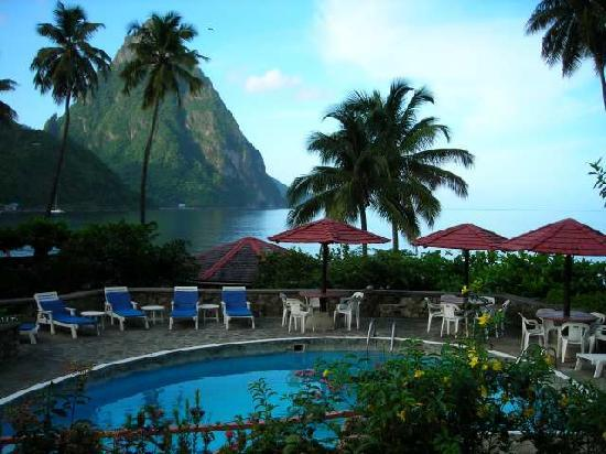 ‪منتجع شاطئ همينجبيرد: Hummingbird Resort view to Soufriere and Piton‬