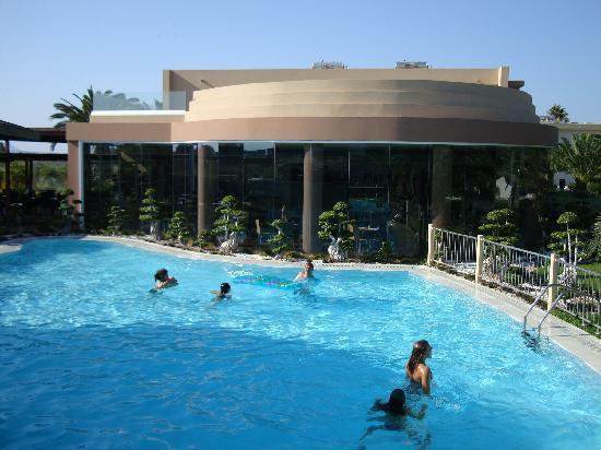 Sandy Beach Hotel & Family Suites: una delle piscine ed il ristorante