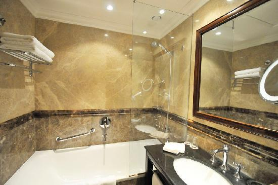 Savic Hotel: bathroom, room 311