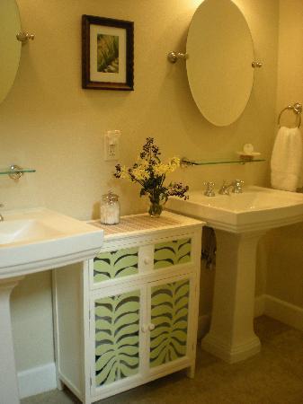 Coho Cottages: Promontory Bath