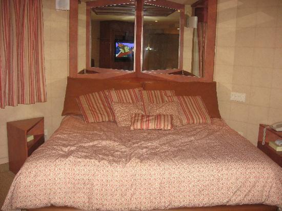 Le Fabreville Motel et Suites : grand lit