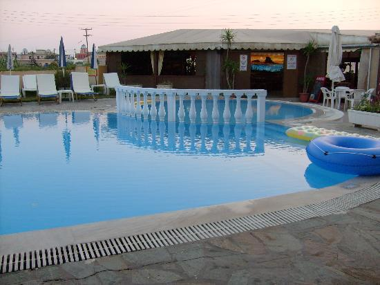 Alexis Apartments: pool & bar area
