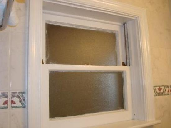 Days Inn Ocean City Oceanfront: bathroom window opening up to outside walkway