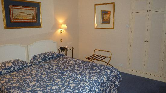 เลอ ลิทเทรอ โฮเต็ล: Vista de la cama y el armario