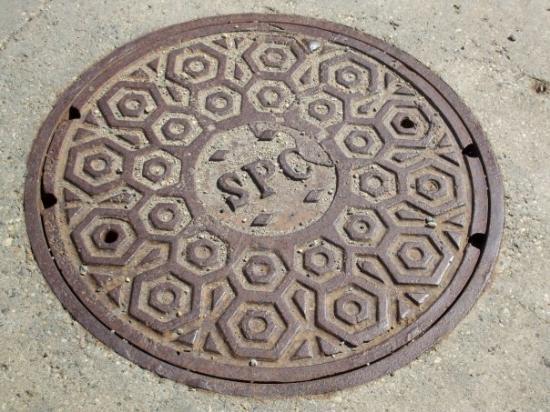 ริไจนา, แคนาดา: Why do they get cool manhole covers, when they are covered up 50% of the year with snow?