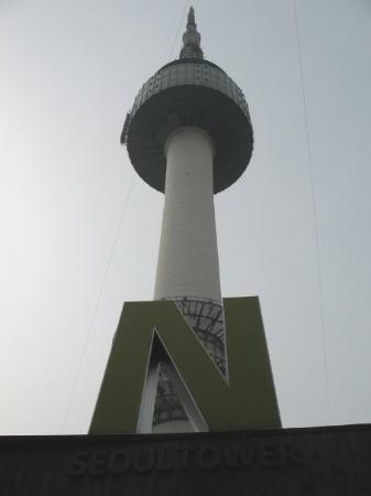 หอคอยโซล: Made it to the Seoul tower huffing and puffing..I need to workout more!