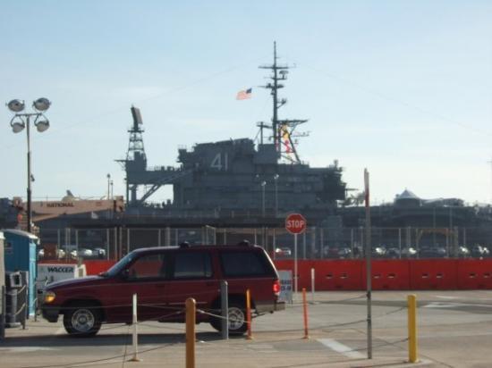 พิพิธภัณฑ์เรือหลวง มิดเวย์: the midway museum in San Diego ( we could see it from our outside waiting area)