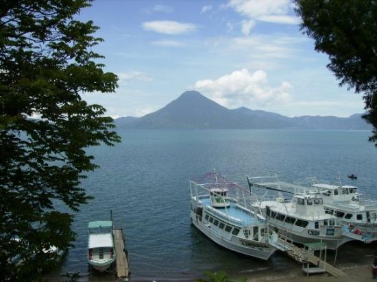 Panajachel, กัวเตมาลา: Al fondo los volcanes!