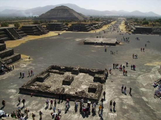 San Juan Teotihuacan, เม็กซิโก: Calzada de los muertos y pirámide del sol
