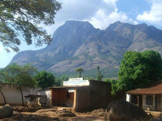 Lilongwe, Malaui: Likabhula - Im Hintergrund das Mulanjegebirge