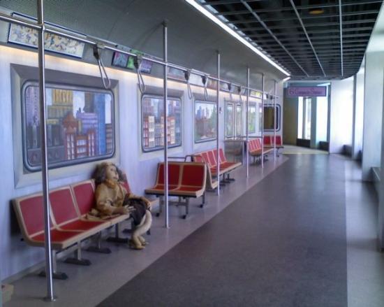 แมดิสัน, วิสคอนซิน: Another hallway--this one's a bus.