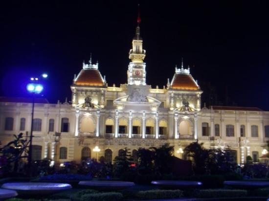 ทำเนียบรวมชาติ: Night view of the City Hall Ho Chi Minh City