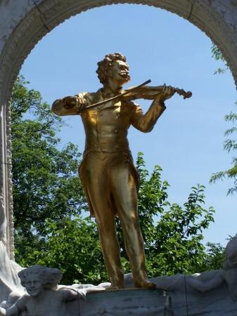 Stadtpark: Statue of Strauss