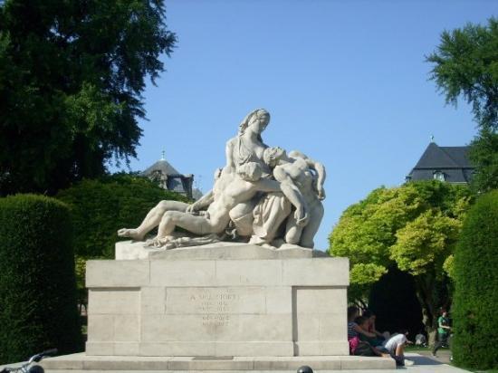 Place De La Republique    Monumento A Los Muertos De La
