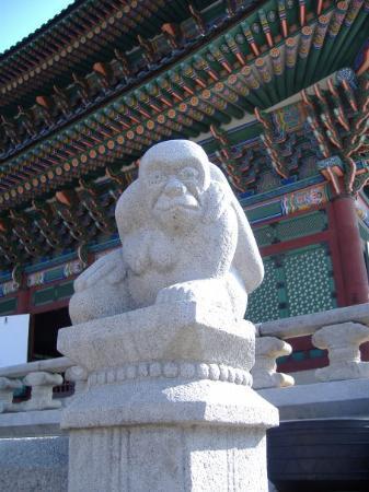 พระราชวังคย็องบก: Monkeys Everywhere!