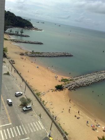 Strandliv i Macae sett fra hotellrommet.