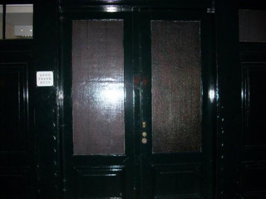 บ้านแอนน์แฟรงค์: Anne Frank House (really hard to photograph at night)