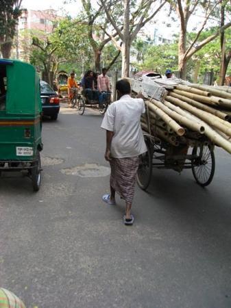 ธากา, บังกลาเทศ: the way things get moved about