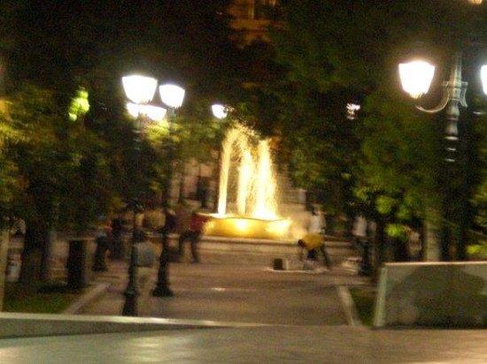Plateia Syntagmatos: fountain at Syntagma Square