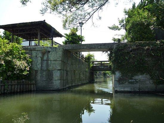 Yanagawa Kawakudari (Jomon Kanko): 狭い水門を船頭さんの巧みな船捌きで進んでいきます。