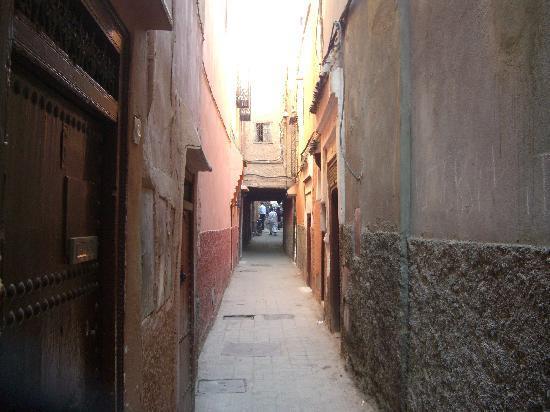 Riad Dar Tamlil: リヤド前の道