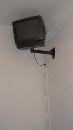 Les Gollandieres : Téléviseur en haut du plafond