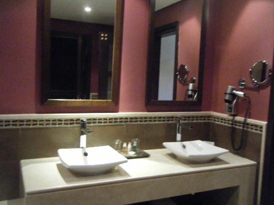 SENTIDO Kenzi Menara Palace: Salle bain Chambre premium vue piscine