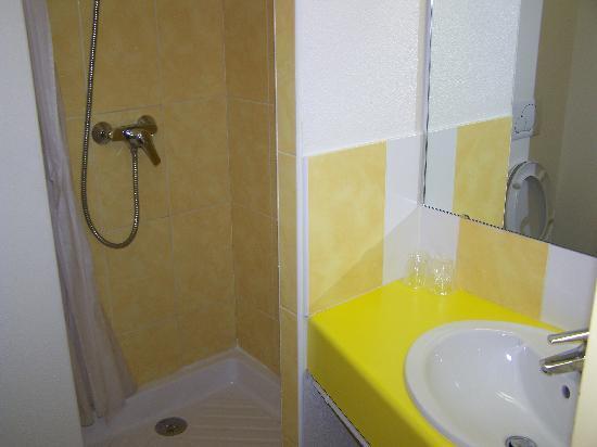 Salle de bain picture of b b hotel saint etienne for Salle de bain saint etienne