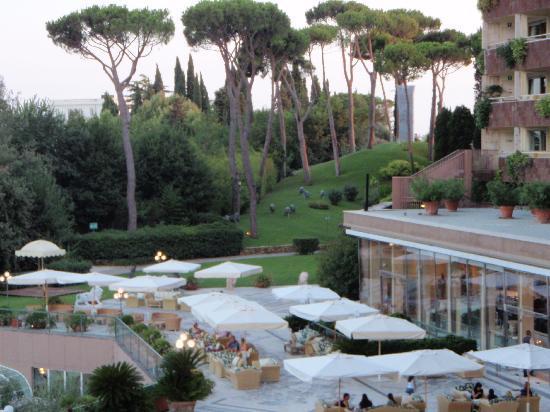 โรงแรมโรมคาวาเลียริวัลดอร์ฟแอสโทเรียแอนด์รีสอร์ท: view of the lounge area from the room