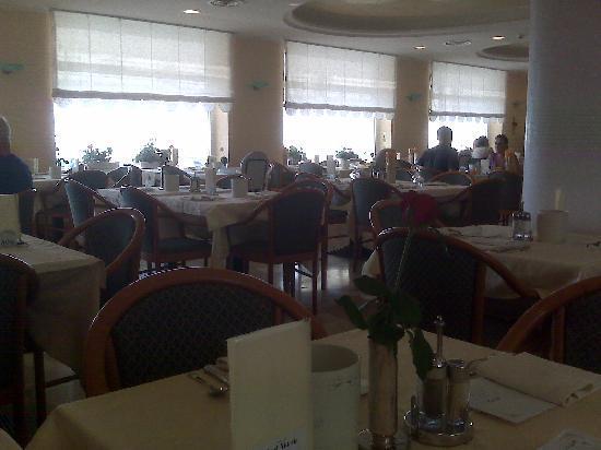 Vittoria: Sala da pranzo con finestroni sul mare
