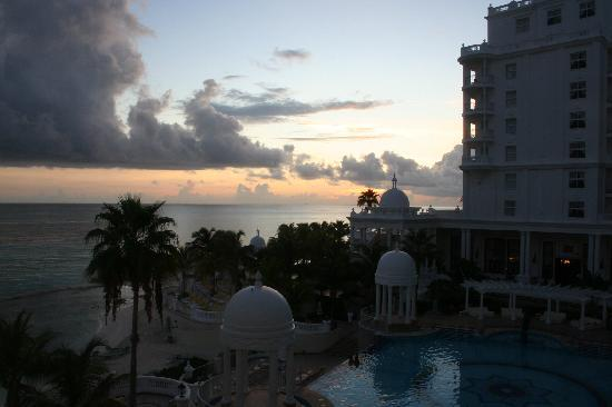 Hotel Riu Palace Las Americas: Pool area at sunrise