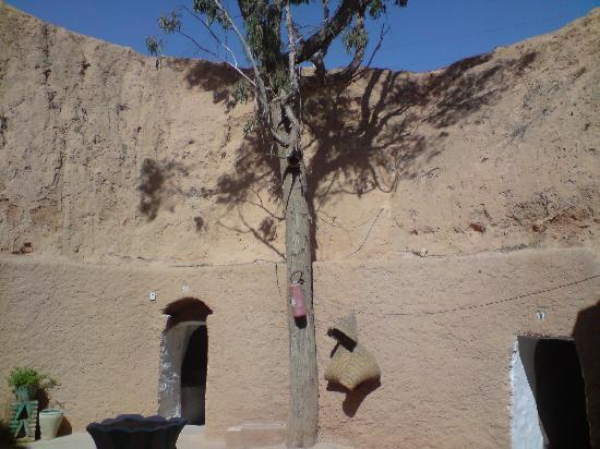 Hotel Marhala: The central courtyard between cave rooms