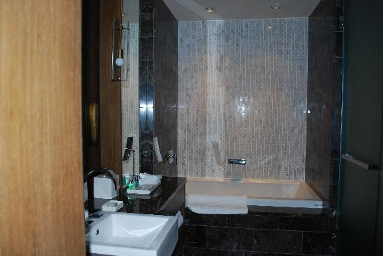 Loden Hotel: Nice bathroom, shower on the right