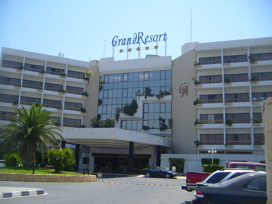 GrandResort: The hotel from the front