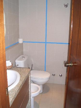 Pousada de Monsanto: bathroom (the blue is trim, not tape)