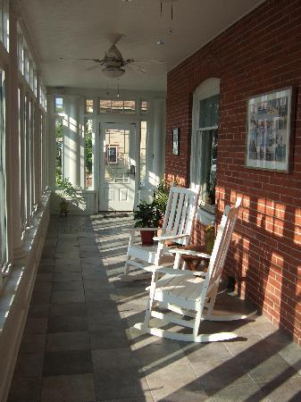 Savannah Inn: Verandah rocking chairs