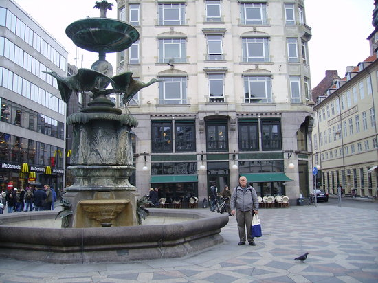 The wonderful fountain in front of Cafe Norden