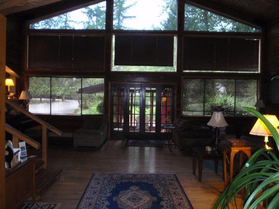 Anderson Creek Lodge: Inside, looking toward the front entry