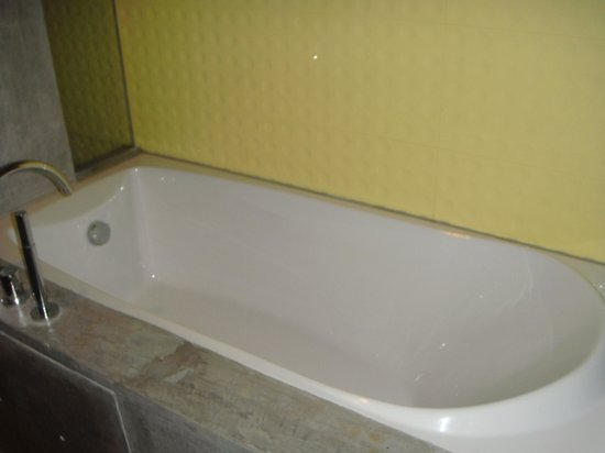 Holiday Inn Resort Krabi Ao Nang Beach: large bathtub !